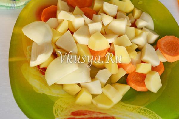 Выложите картофель и овощи