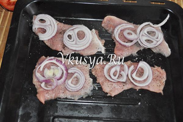 Выложите лук на мясо