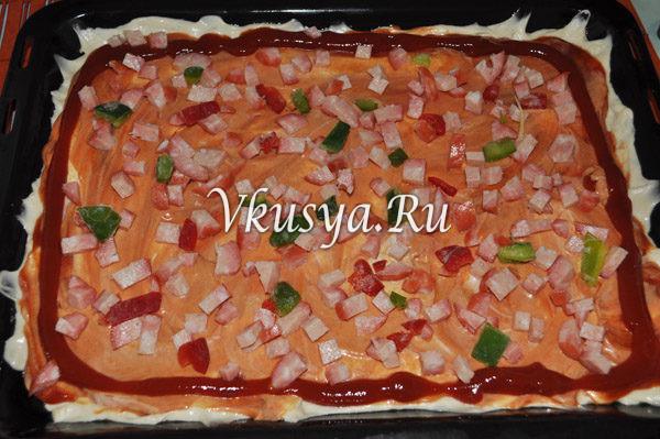 Выложите колбасу и овощи