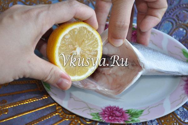 Выдавите сок лимона