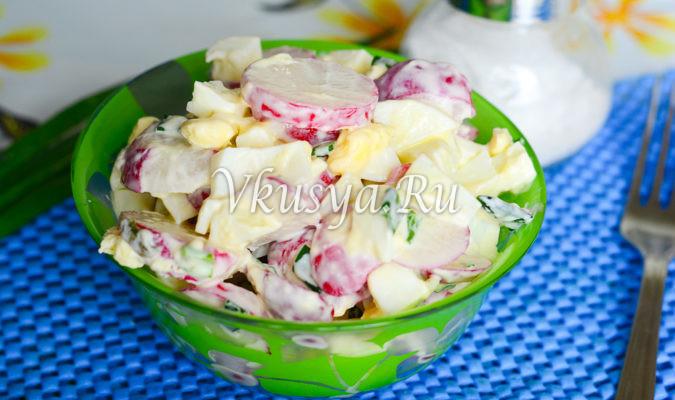Салат с редиской, яйцом и зеленым луком