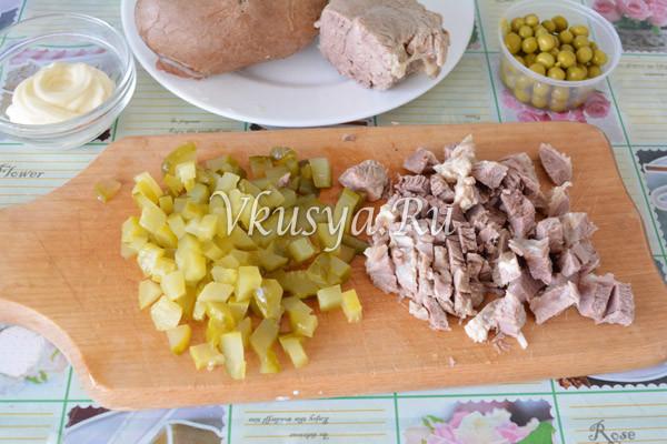 Нарежьте мясо и огурец