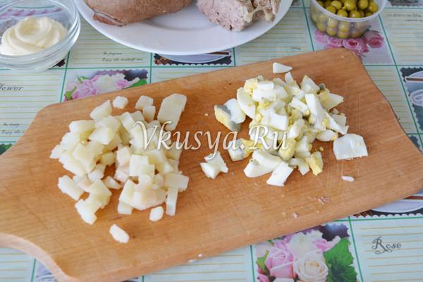 Нарежьте яйца и картофель